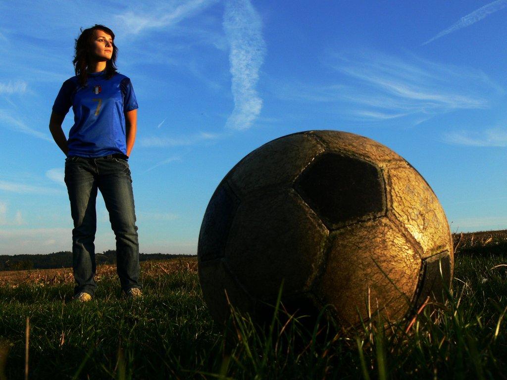 Девушка на зеленом газоне