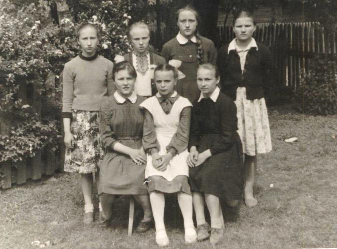 Бабушка, Мурина (Король) Леонарда Петровна (первый ряд, в центре), д. Новосёлки, 1961 г.