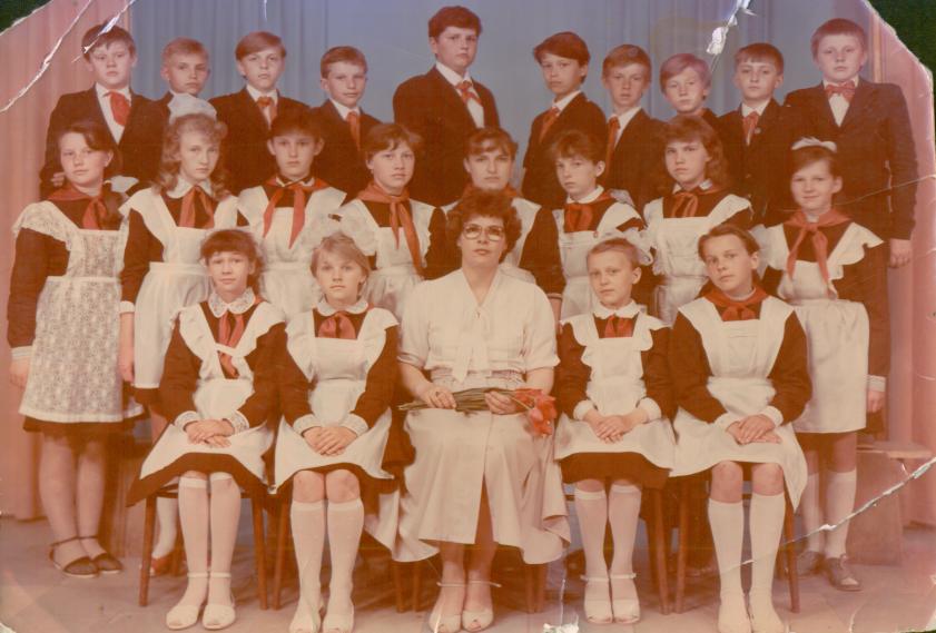 Мама. Букато (Мурина) Ольга Николаевна (первый ряд, вторая справа), г. Лида, 1989 г.