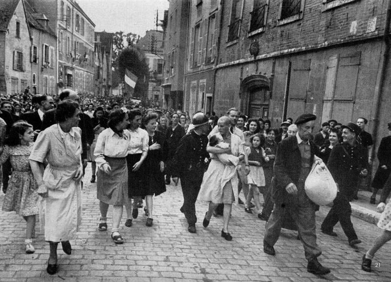 Люди празднуют день Победы
