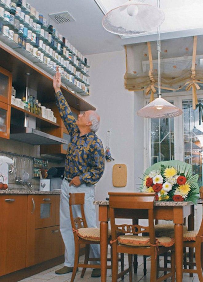 У себя на кухне с коллекцией кружек