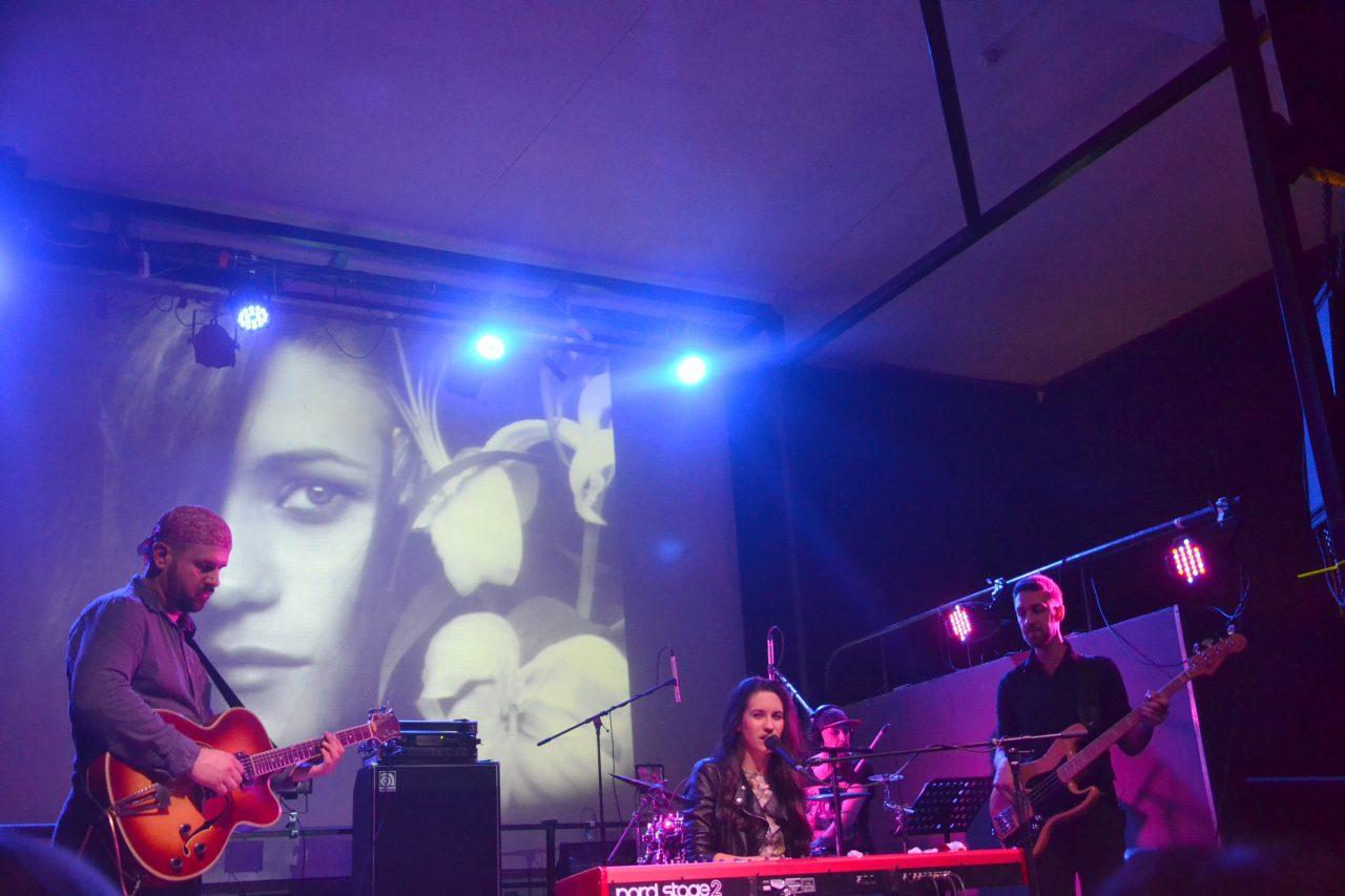 Мария Чайковская подарила поклоннице альбом на концерте в Минске