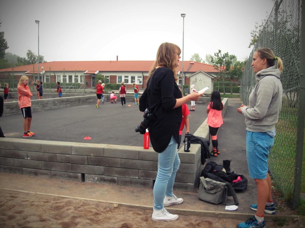 Журналистка Linn беседует с учительницей для будущего материала