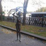 Скульптура. Девушка с зонтиком