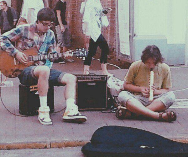 «Если умеешь петь, можешь не работать». Уличные музыканты рассказывают о своей работе