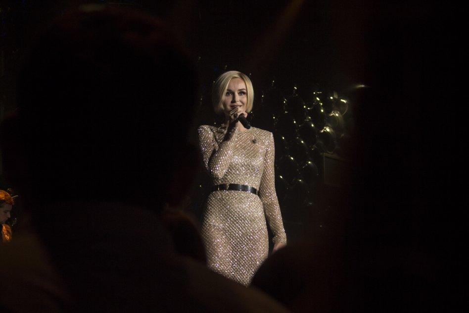 Полина Гагарина в Prime Hall: танцы, томик Чехова и безграничная любовь поклонников 14