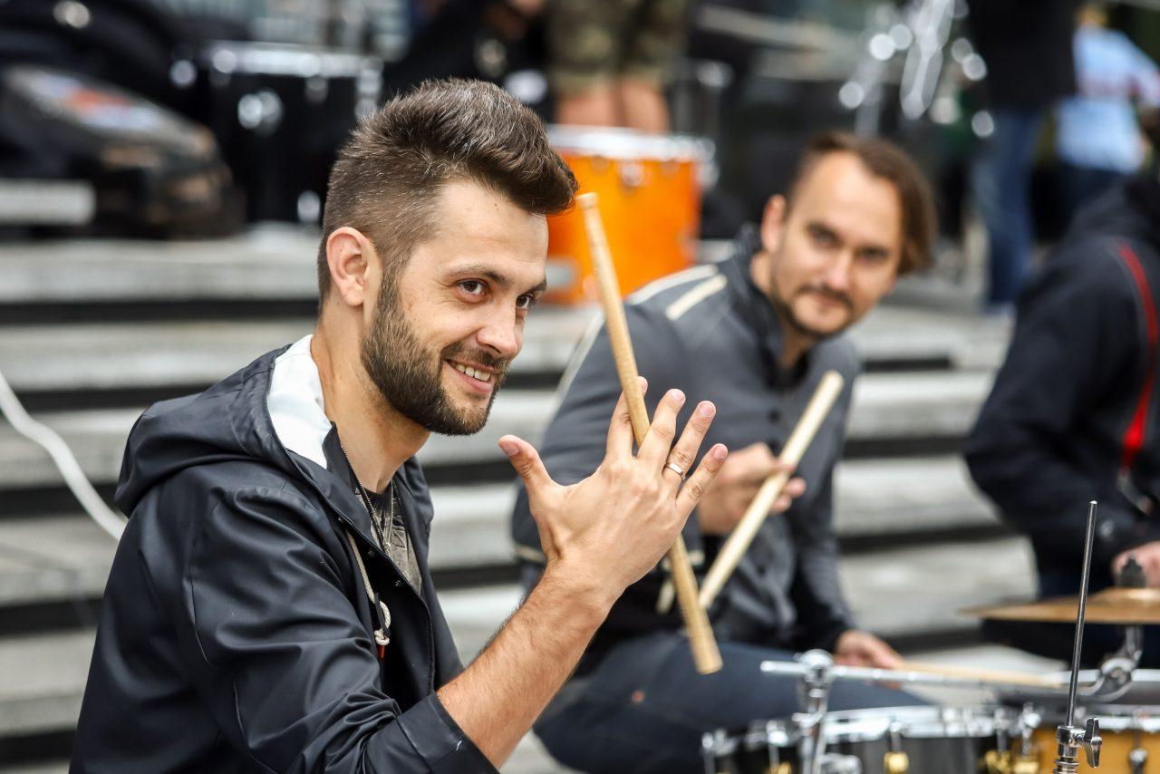 В центре Минска автомобиль сыграл соло на барабанах 12