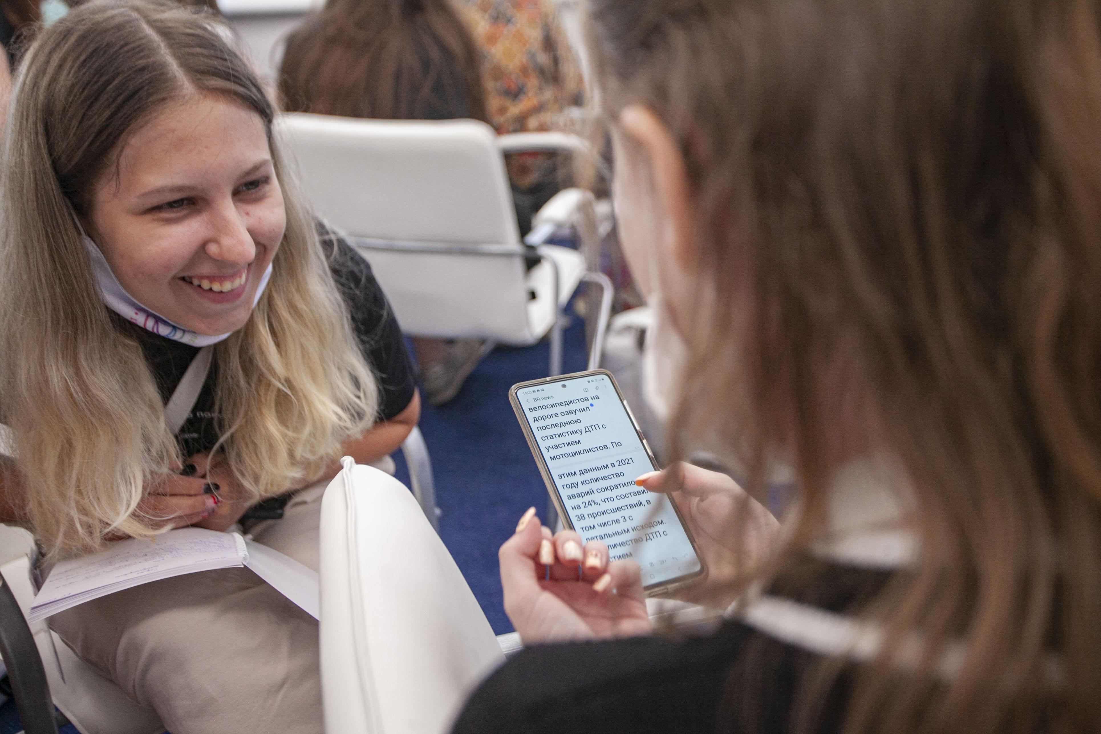 От теории к практике: студенты факультета журналистики посетили Псковское агентство информации 17