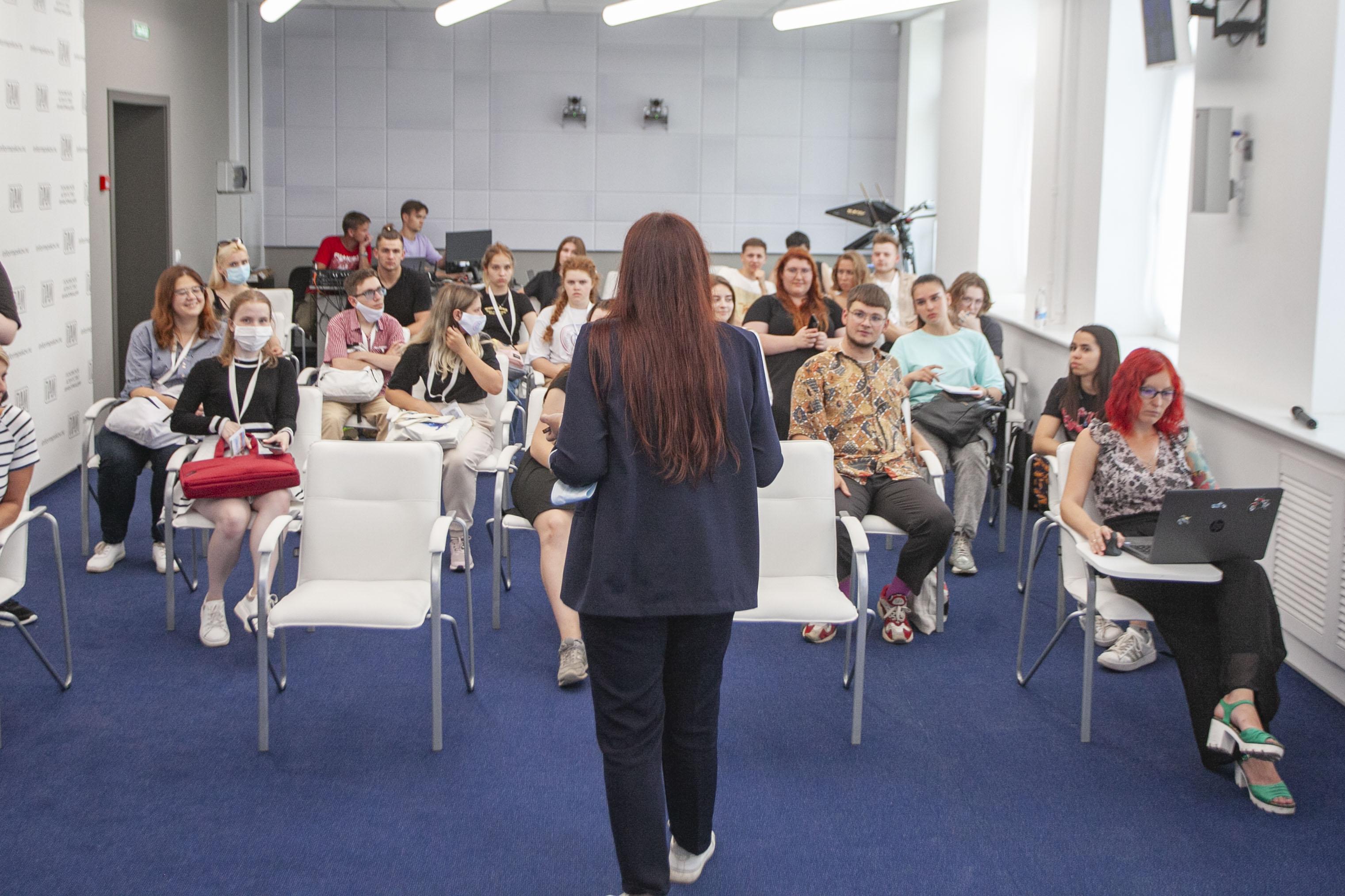 От теории к практике: студенты факультета журналистики посетили Псковское агентство информации 8